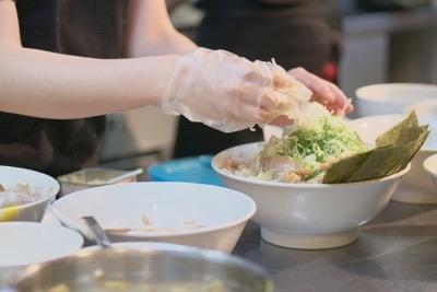 食事を作る女性の手